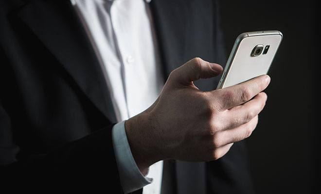 мужчина с телефоном в руках