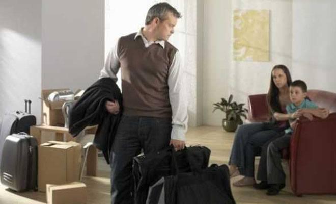 мужчина с вещами уходит из семьи