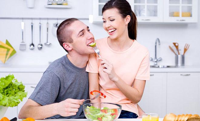 девушка и парень едят салат