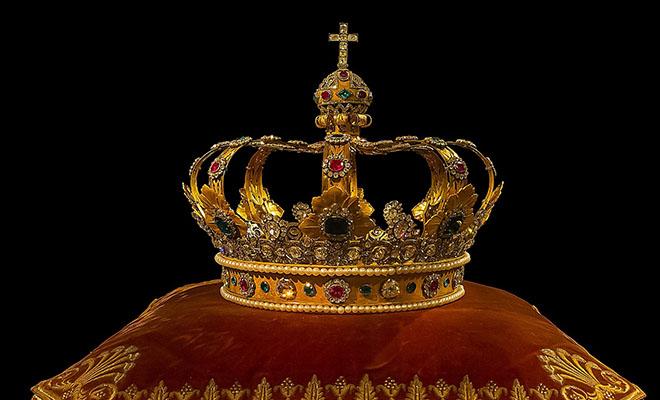 корона на подушечке
