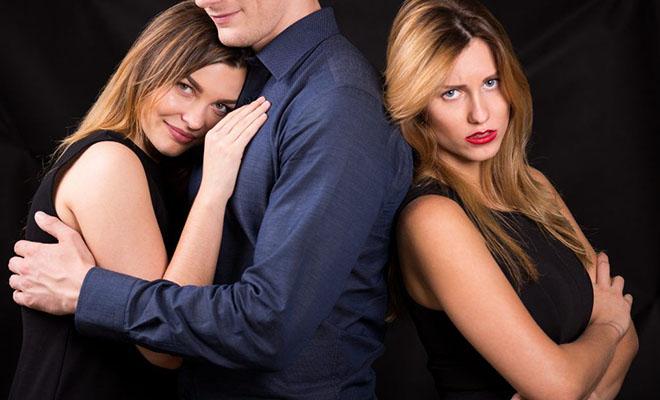 мужчина между двумя девушками