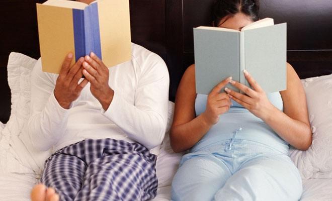 пара читает книги в постели