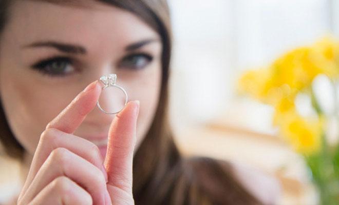 женщина с обручальным кольцом