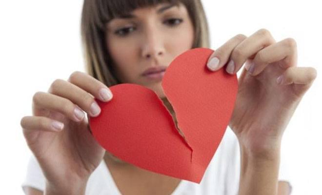 девушка рвет сердце