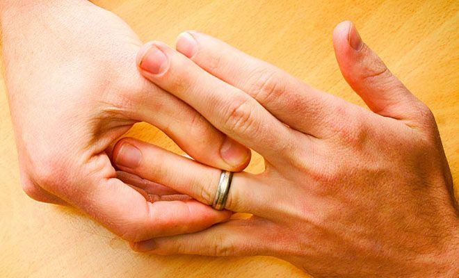 мужчина снимает кольцо
