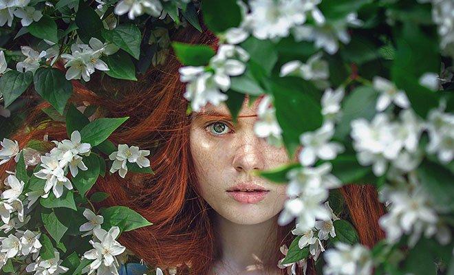 рыжая девушка в листве