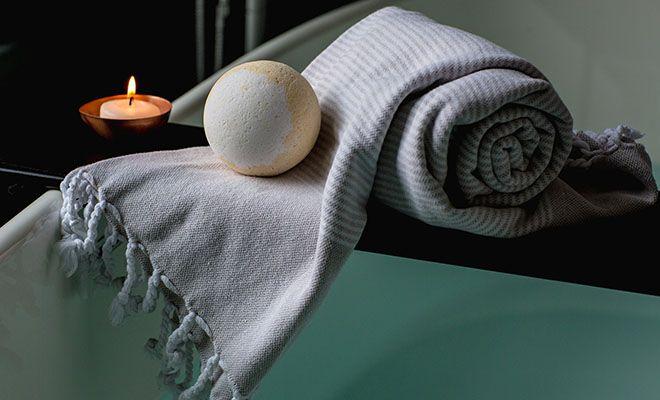 шарики на полотенце в ванной