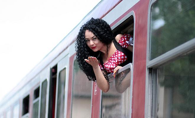 девушка воздушный поцелуй из поезда