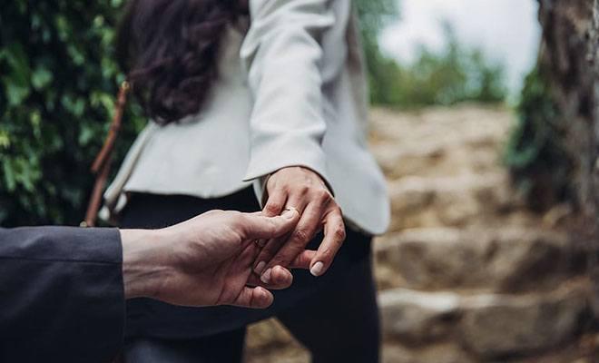 мужчина держит уходящую женщину