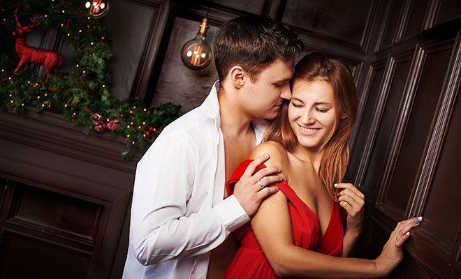пара обнимается в неглиже