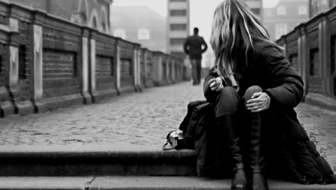 девушка смотрит вслед парню